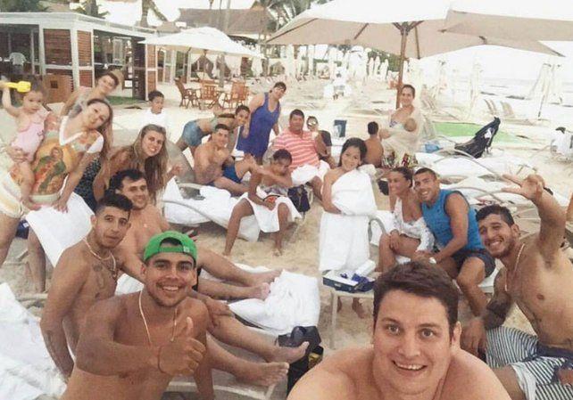 Carlitos Tevez y sus 25 amigos en Cancún
