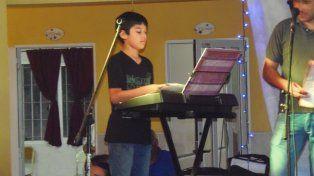 Joven talento. Máximo toca en el grupo Fuente de Amor.
