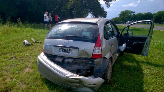 El auto con algunos golpes por la violenta maniobra quedó en la banquina. Foto PER.