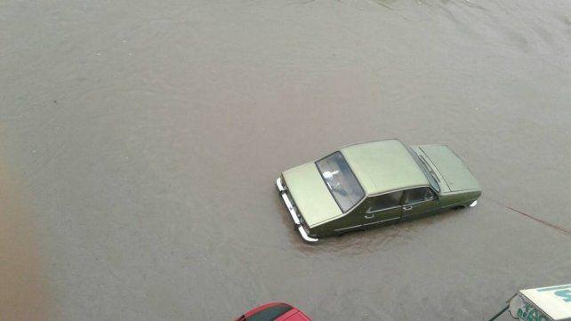 Un auto arrastrado por el agua y otros videos de la tormenta en Concepción