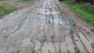 Los caminos de tierra se encuentran intransitables y piden precaución en rutas