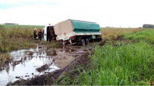 Volcó un camión con acoplado cargado con alimento para pollos en ruta 20