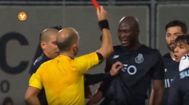 El árbitro se tropezó y expulsó al primero que vio