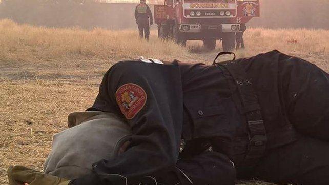 La foto de bombera agotada que conmovió a todos y se volvió viral