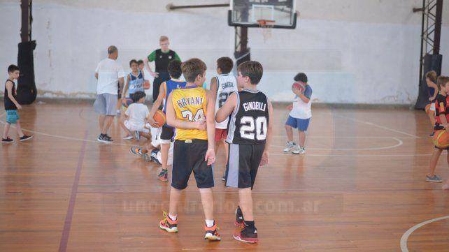 EFECTO NBA. Si Manu o Kobe los vieran. Los chicos del CAE con las camisetas de sus ídolos en el encuentro de ayer.