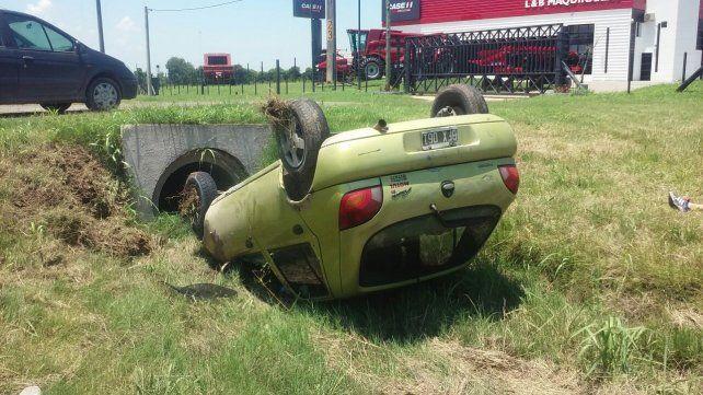 El auto quedó invertido en la banquina. Foto PER.