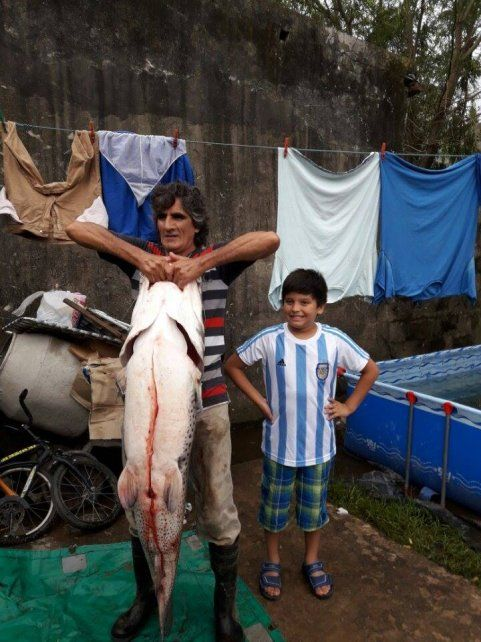 Luis Taborda posa junto al maravilloso ejemplar de surubí de 45 kilos
