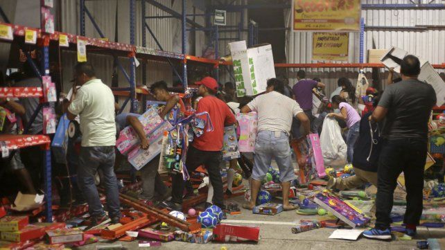 Un muerto y 600 detenidos en México por las protestas y saqueos
