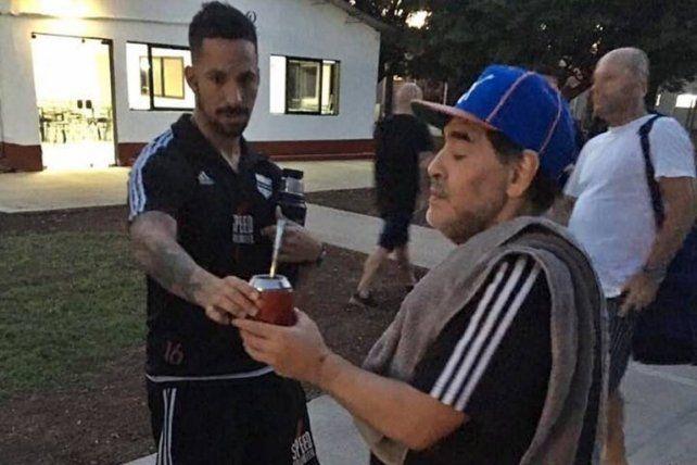 Un entrerriano le cebó mates a Maradona y recibió consejos para patear tiro libres