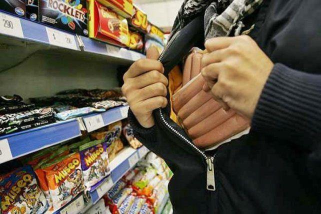 Una mujer fue sorprendida usando a dos menores para robar en un supermercado