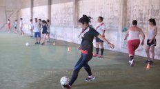 Crece la ilusión de las chicas de representar a River en el fútbol local. Ayer, la primera práctica.