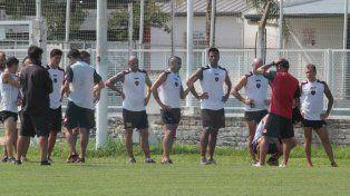 El defensor (centro) habló de los objetivos que perseguirá el equipo en la segunda parte del torneo.