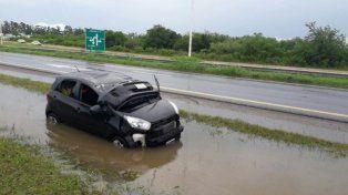 Autovía Artigas: Ocurrieron dos vuelcos bajo la lluvia a pocos kilómetros de distancia