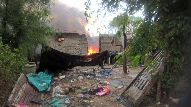 El fuego consumió todo lo que había en la casilla del barrio Los Arenales. Foto PER.