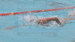 En el agua. La pileta del Atlético Echagüe Club fue testigo de una competencia clásica con nadadores del ámbito local.