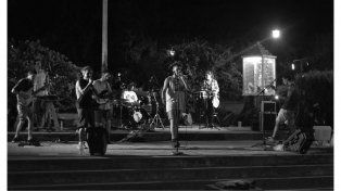 Integrante Brownieen la plaza del Tambor el viernes por la noche. Foto gentileza Sergio Otero.