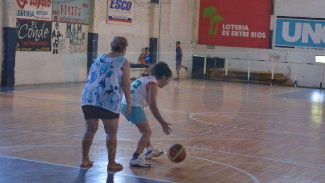 Uno contra uno. Madre e hija disputan un entretenido duelo en la calurosa tarde en el popular barrio de Paraná.
