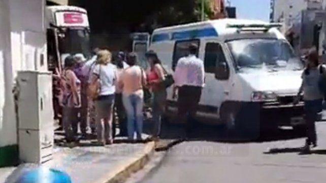 Una mujer se cayó de un colectivo y fue hospitalizada