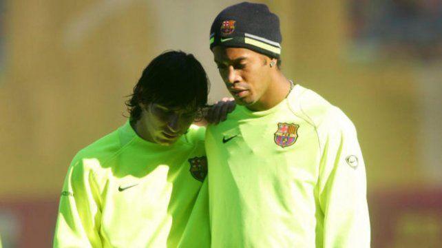 Ronaldinho se fue del Barcelona y le dejó la 10 al argentino.