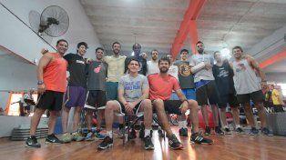 El DT encabeza el grupo que ayer hizo trabajos físicos en el gimnasio Mega Force de Talleres.