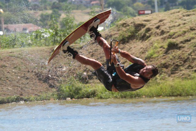 Renato Buscema preparando todo para bajar la prueba tirado por el cable. Foto UNO Juan Ignacio Pereira.