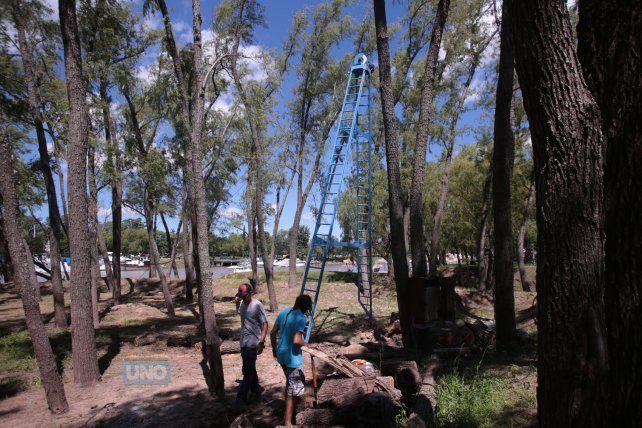 Trabajando en los detalles del parque. Foto UNOJuan Ignacio Pereira.