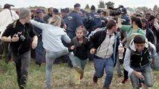 tres anos de libertad condicional a la periodista que pateo refugiados