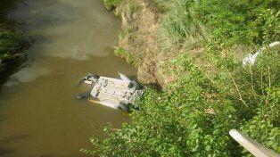 Conductor cayó de un puente y un operario de la ruta 18 le salvó la vida