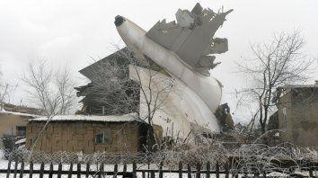se estrello un avion en kirguistan y hay por lo menos 37 muertos