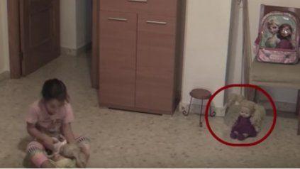 Una muñeca diabólica horroriza a una niña en su habitación