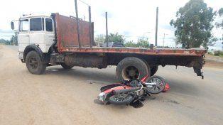 Choque. El conductor de la moto sufrió golpes en todo el cuerpo.