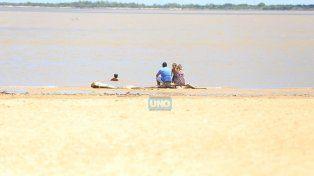 La playa es un paraíso natural pero el agua del río Paraná está contaminada. Foto UNO Diego Arias.
