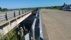 Corre el viento. Desde el puente que no lleva a ningún lugar, apenas es posible imaginar la traza.