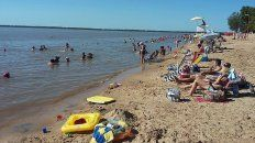 Miércoles por la tarde en la playa de Villa Urquiza. Foto UNO.