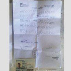 Lo descubrieron robando, huyó y dejó un bolso con documentos personales