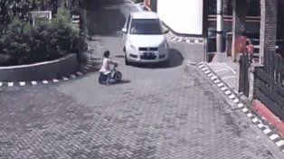 Una niña fue arrollada por un auto, pero ocurrió algo inesperado
