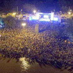Vista aérea. Una multitud disfrutó del show de Abel Pintos.