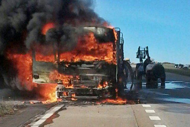Ruta 14: Se incendió un camión que transportaba una mudanza