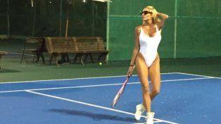 Xipolitakis aprende tenis en malla enteriza