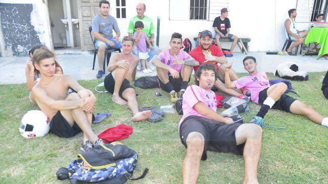 Un descanso y posaron para la foto luego de jugar en la jornada de ayer en cancha de Ministerio.