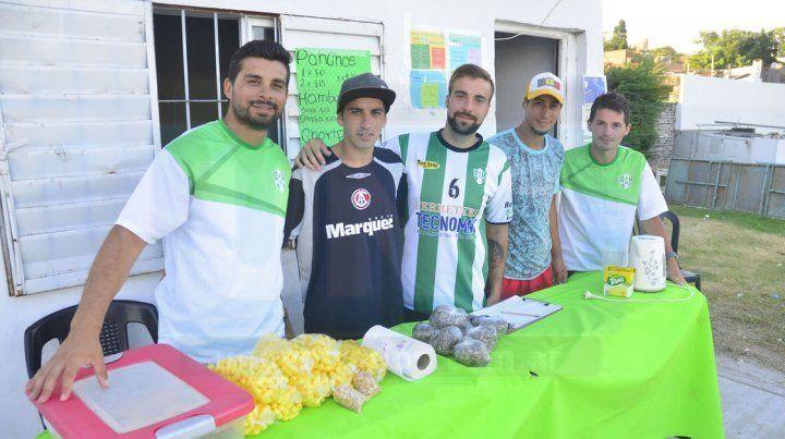 LOS DE LA CANTINA. Organizadores y colaboradores aportando su granito de arena en la cantina del torneo.