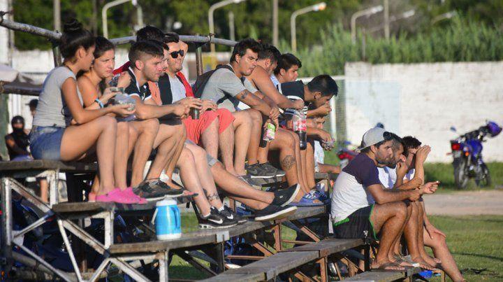 ALENTANDO. La gente acompañó la iniciativa y cada plantel tuvo su aliento desde la tribuna de Villa Almendral.