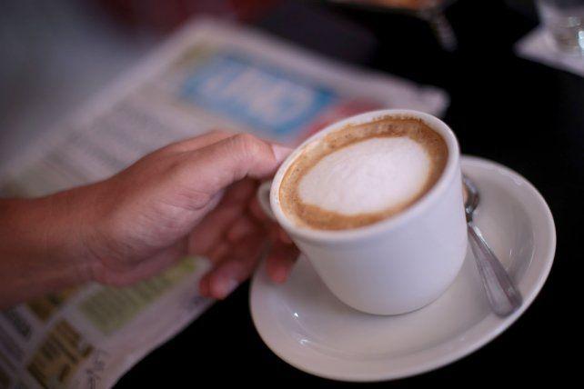 Leer el diario y tomar un cortado. Foto UNO Juan Ignacio Pereira.