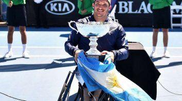 Gustavo Fernández posa con el trofeo obtenido en Australia.