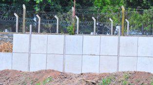 ARREGLOS. Siguen los trabajos en barrio Rocamora y se levanta un paredón lindero a la Unidad Penal Nª1