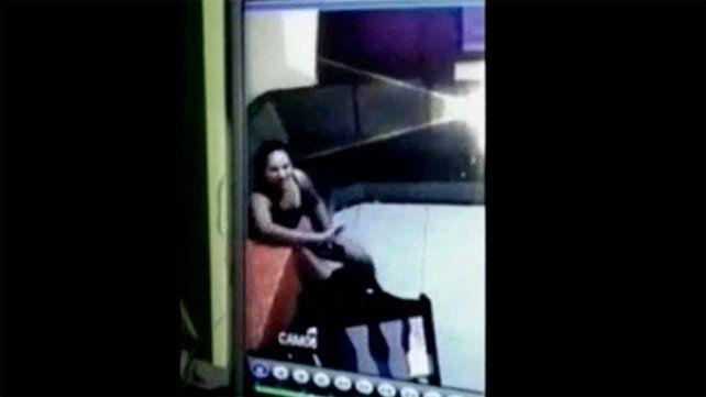 Un video muestra a una niñera maltratando a una pequeña