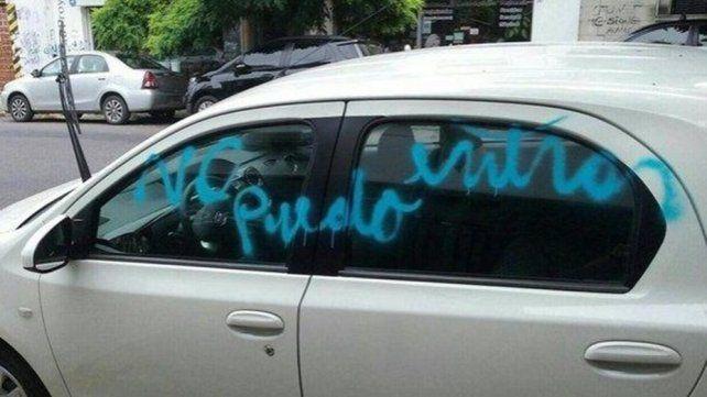 Estalló de furia y pintó con aerosol el auto que le bloqueaba la entrada al garaje