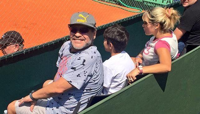 Maradona presente en el inicio de la defensa de la Copa Davis