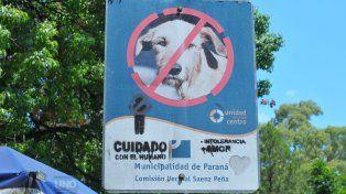 El cartel está frente a la cucha solidaria. Foto UNO Juan Manuel Hernández.