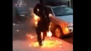 El hombre se prendió fuego y salió a caminar.